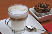 Latte macchiato and muffins — Stock Photo