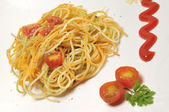 Spaghetti med tomat och kryddor i olivolja — Stockfoto