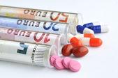 медицинские таблетки в банкноты евро — Стоковое фото