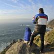 Couple admiring the coastal scenery — Stock Photo