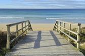 Pasarela de madera a la playa del océano — Foto de Stock