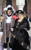 Par veneciano en el carnaval de venecia — Foto de Stock