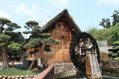 Chinese cottage and waterwheel at Nanlian Garden — Stock Photo