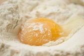 面粉和鸡蛋 — 图库照片