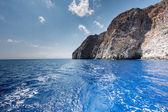 Cruising off a tropical island — Stock Photo