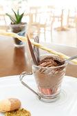 Koyu çikolata mousse çilek ile — Stok fotoğraf