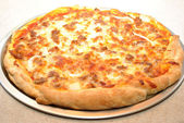 Cooked Hot Sausage and Onion Pizza Pie — Stockfoto