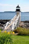 Scenicview 多岩石的海岸上的灯塔 — 图库照片