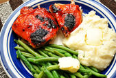 Crispy Baked Chicken Dinner with Fresh Side Dishes — ストック写真