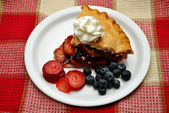 Berries on the Side of Fruit Pie — Stock Photo