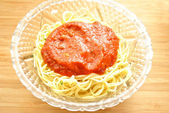 Thin Spaghetti with Sauce in a Glass Bowl — Stock Photo