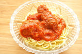Dünne Spaghetti in eine Glasschüssel mit Sauce und Fleisch — Stockfoto