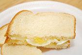 Tranché sandwich aux oeufs sur pain blanc — Photo
