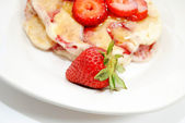 Close-Up of a Whole Strawberry in Front of Hotcakes — Stock Photo