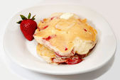 Stack of Strawberry Hot Cakes Served on a White Plate — Foto de Stock
