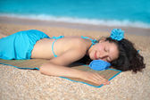 Pretty young woman relaxing on the beach — Stock Photo