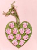 紙のバラで飾られたビンテージ手作り木製心 — ストック写真