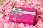 A purple gift with gray ribbon — Foto Stock
