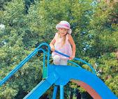 Dziewczynka na slajdzie — Zdjęcie stockowe