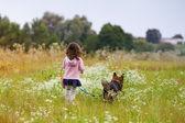 Petite fille avec chien — Photo