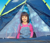 Happy little girl sitting in the tent — 图库照片