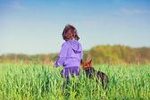 女孩与狗同行 — 图库照片
