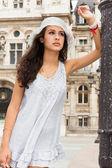 Mulher jovem e bonita em paris — Foto Stock