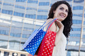 Woman carries shopping — Stock Photo