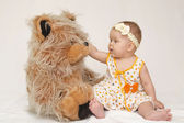 Niño con oso de peluche — Foto de Stock