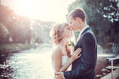 Emocional wedding kiss — Stock Photo