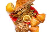 Pasteles, pescado y limón — Foto de Stock