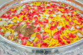 Water with jusmine and roses corolla in bowl for Songkran festiv — Stock Photo