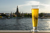 Beer glass on famous place backgroud. Wat Arun ,Bangkok ,Thailan — Stock Photo