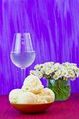 Chamomiles ice cream with white wine — Stock Photo