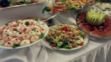 Jídlo se podává na stůl - aka švédský stůl — Stock video