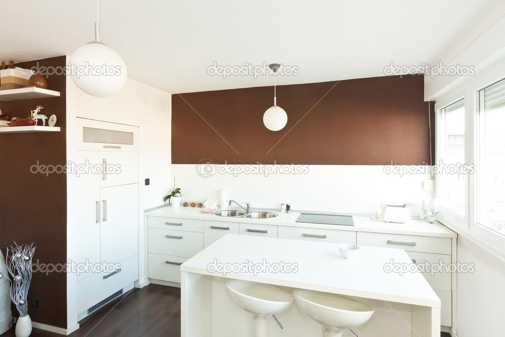Moderne keuken met bruin muur boven de teller met witte furn stockfoto deymosd 38867959 - Keuken met teller ...