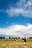 STEVESTON, CANADA - MAY 13, 2007: Unidentified man playing with kites on the Garry Point Park kite field in Steveston — Foto Stock