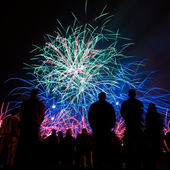 Big fireworks with silhouettes of people watching it — Стоковое фото