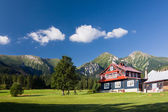 Chalet beneath the mountains — 图库照片