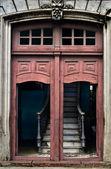 Rovinate passi dietro la porta — Foto Stock
