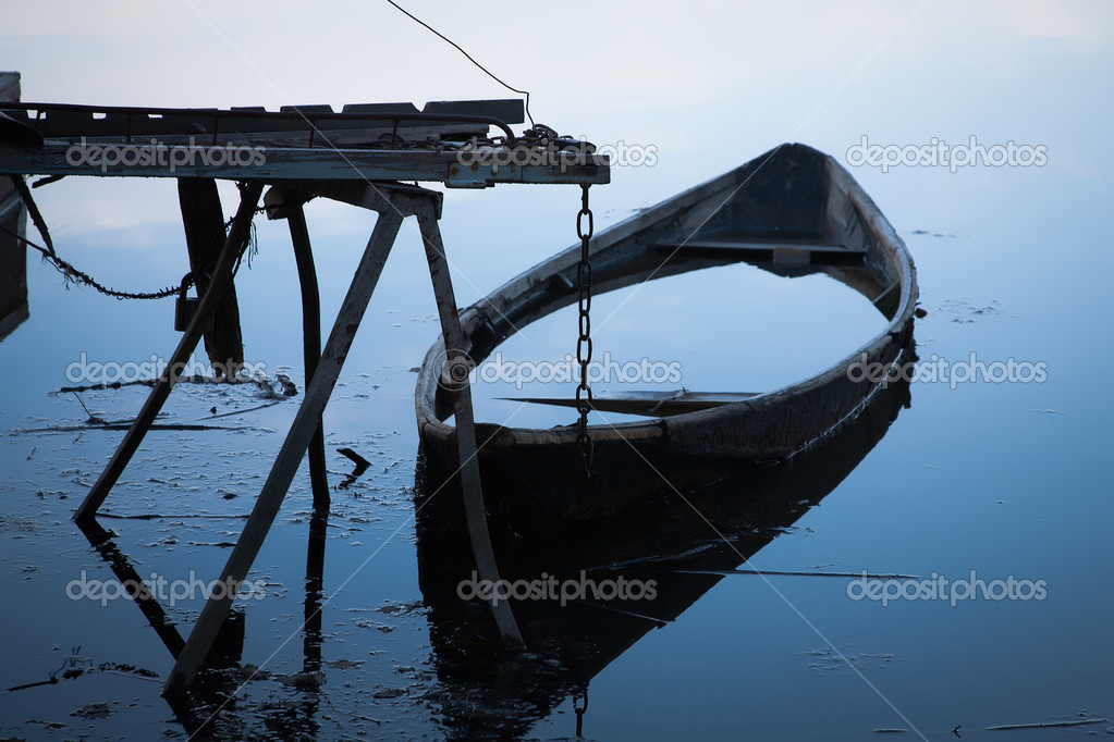 утонула лодка на причале