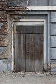 Ročník, staré, temné, dřevěné dveře v dubu. — Stock fotografie