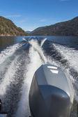 След моторные лодки на воде горного озера. — Стоковое фото