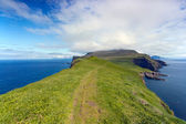 Faroe islands : green hiking path surrounded by the sea — Stock Photo