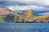Faroe Islands : natural rock arch through a sea stack — Stock Photo