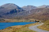 Carretera que cruza las montañas con el lago del desierto — Foto de Stock