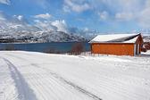 Isolierten Haus neben einem schneebedeckten fjord — Stockfoto
