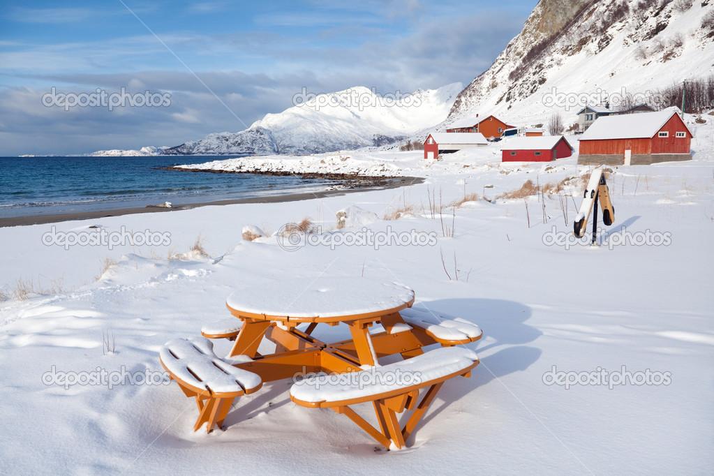 tavolo pic nic sulla spiaggia paesaggio norvegia