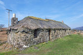 Traditional scottish thatched croft house — Stock Photo