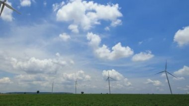 Timelapse wind turbines generating electricity. — Stock Video